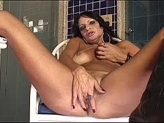 Milf Francine Ferrari bei der golden Shower