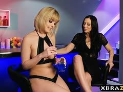 Blonde Lesbe reitet Strap-on Milf