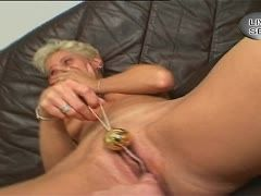 Blonde Oma liebt Vaginaltoys